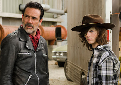 Negan (Jeffrey Dean Morgan) e Carl Grimes (Chandler Riggs) nell'episodio 7