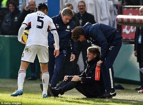 HLV Mancini cười tươi sau khi ngã vì cú đá vào đầu của học trò