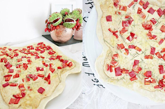 Flammkuchen mit Ziegenfrischkäse und Paprika