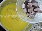 Tort cu bezea preparare reteta crema - adaugam ciocolata rupta bucatele