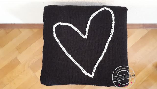 zwart kussen met wit hart