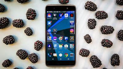 El nuevo BlackBerry DTEK50 se está vendiendo como un teléfono BlackBerry que mantendrá tus datos personales muy seguros. Pero, tiene algunos problemas. Este no es un teléfono hecho por BlackBerry, no ejecuta el sistema operativo de BlackBerry y tampoco es más seguro. Y, otra cosa: no viene con el distintivo teclado BlackBerry, así que los que favorecen las teclas físicas ni siquiera pueden obtener esta satisfacción con este dispositivo. En esencia, este es un teléfono Android estándar con unos cuantos truco s bajo la manga, y un montón de cambios al software de BlackBerry. ¿Tiene este teléfono los ingredientes para