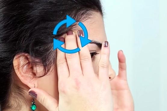 Veja 3 passos para aliviar a dor de cabeça com massagem - Fazer movimentos circulares nas têmporas