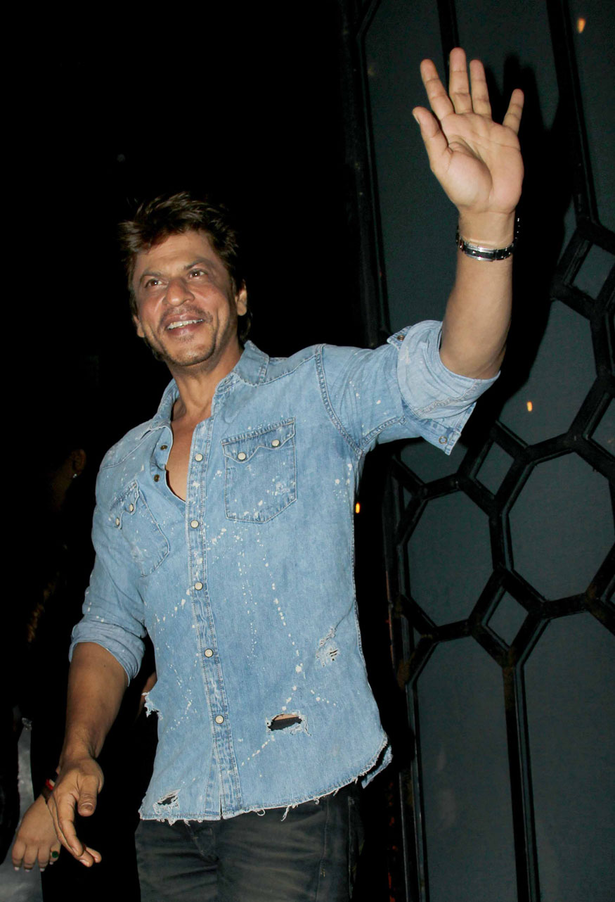 Shahrukh Khan Arrives at Birthday Party of Imtiaz Ali at The Korner House In Mumbai
