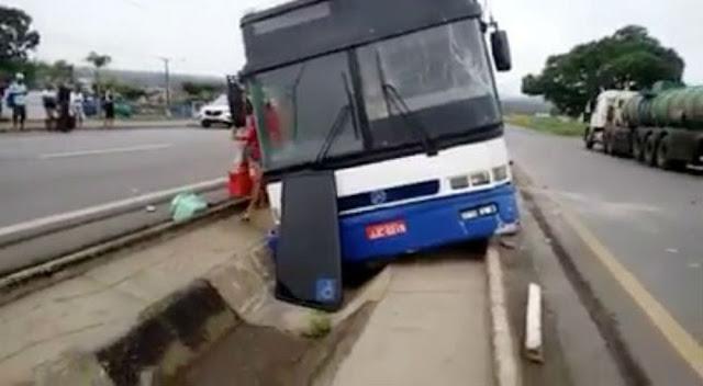 Ônibus cai em vala após motorista perder o controle da direção (Foto: Divulgação)