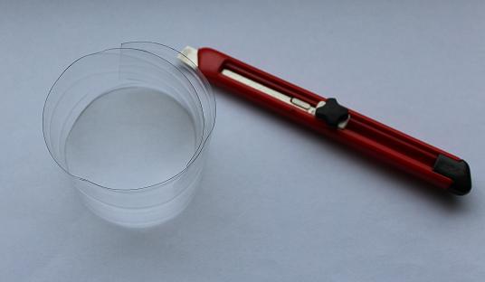 Streifen aus Plastikflasche und Cuttermesser