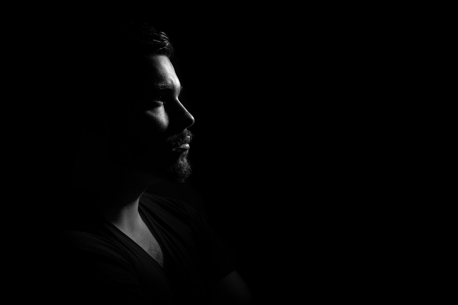 暗闇の中の憂鬱な男性