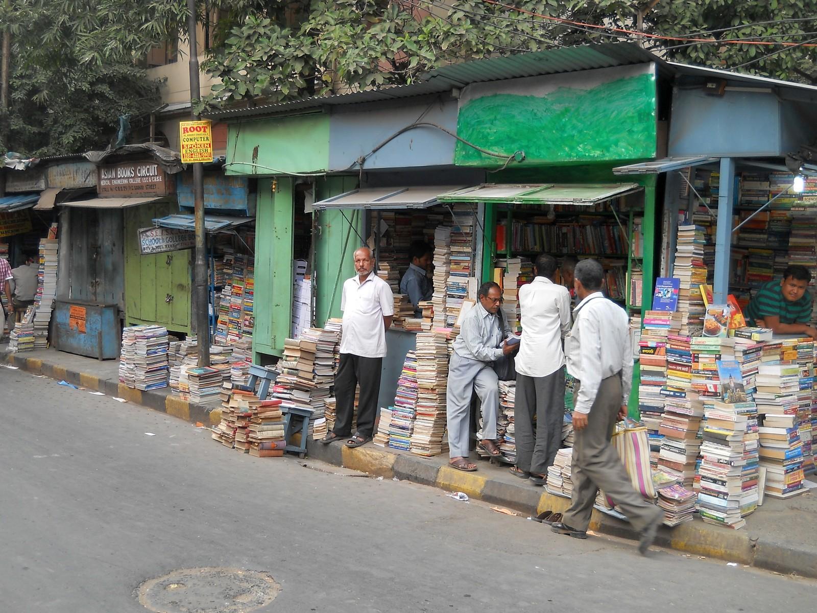 Книжный развал около университета в Калькутте