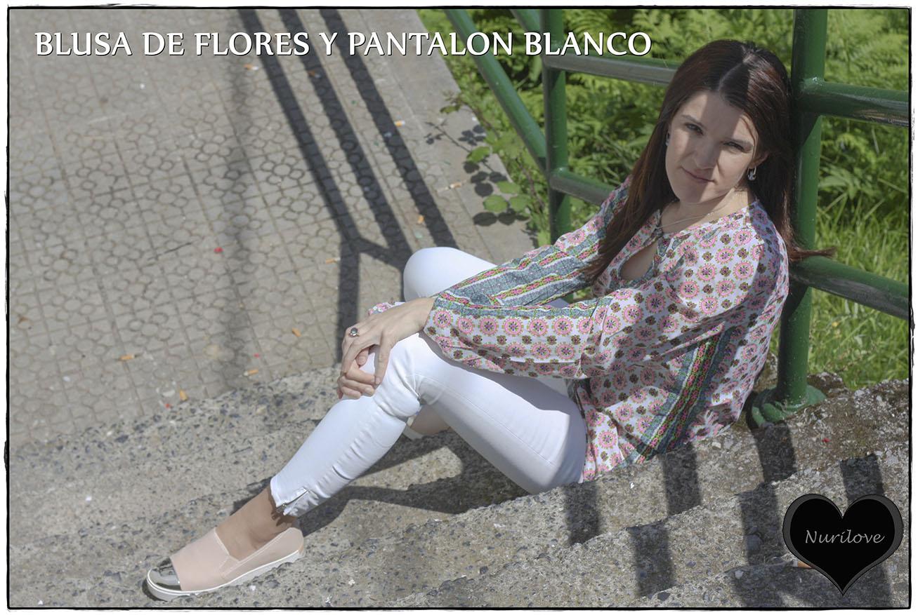 Blusa de flores combinada con pantalón blanco