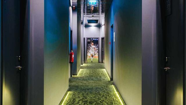 Phần hành lang cũng được thiết kế giống mô hình sân cỏ