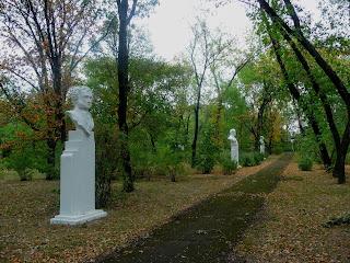Новгородское. Парк. Аллея писателей