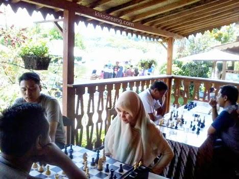 Pecatur perempuan takmau kalah dengan pecatur laki-laki di FLM Lembang.