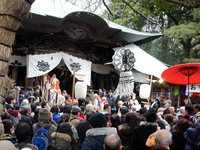 Celebración en las puertas del templo Jindai-ji