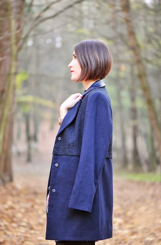 granatowy prosty płaszcz