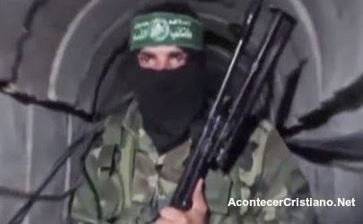 Militante de Hamás en un túnel del terror