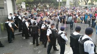 ENFRENTAMIENTO entre policias y comerciantes en Orizaba