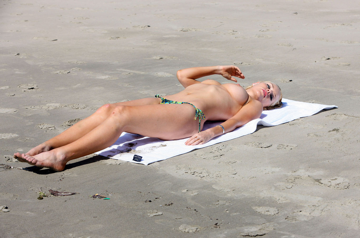 laying-out-topless-and-girls