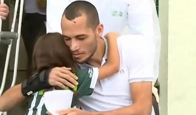 Neto recebe alta 24 dias após acidente da Chape e recebe abraço