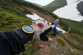 方向性をイメージした、山道での画像を表示しています。