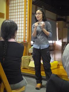 謝伯娟老師正在講解蝸牛收集心血