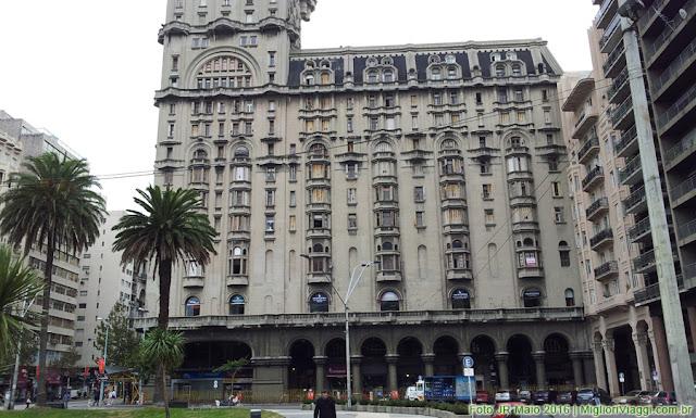Palacio Salvo | Fachada eclética com arcadas