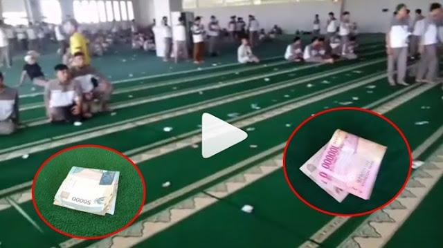 Di Masjid Ini, Uang Ratusan Ribu Berserakan Adalah Hal Biasa, Alasannya Bikin Kagum