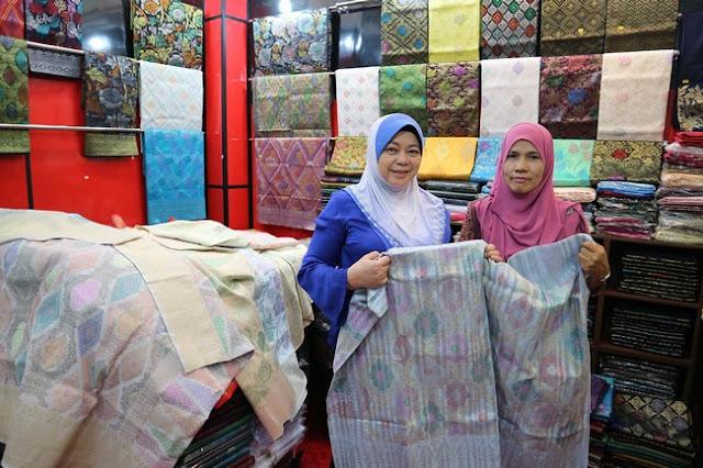 Membeli Sampin Songket Di Bazar Buluh Kubu