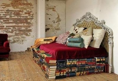 37. Manfaatkan tumpukan buku sebagai ranjang tempat tidur.