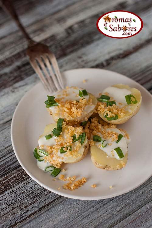 Batatas assadas de micro-ondas com crocante de queijo
