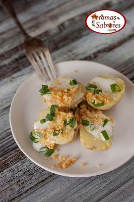 Resultado de imagem para Batatas assadas com requeijão, cebolinha e crocante de queijo