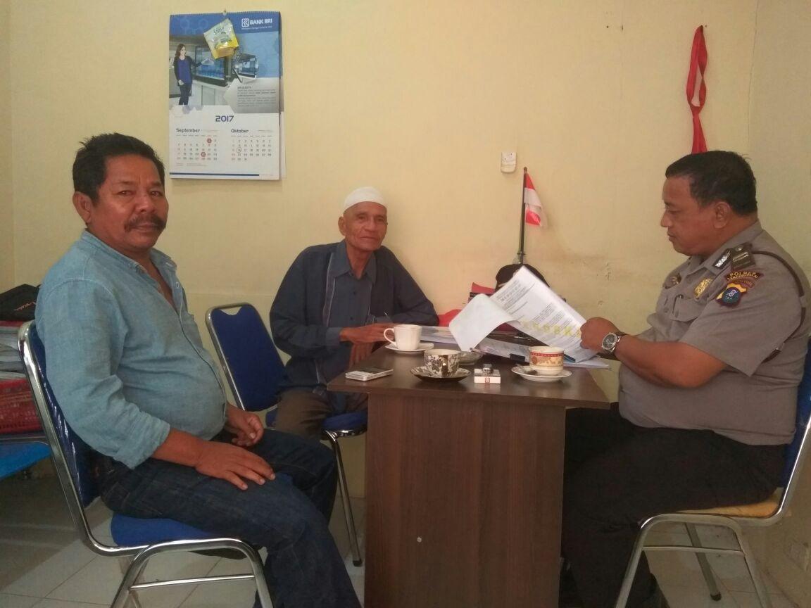 Ketua dan Sekretaris LSM Merdeka Kota Tanjungbalai Nursyahruddin dan H Syaiful Bahri Harahap saat memberikan keterangan kepada Ipda Basuki, penyidik Tipikor Polres Tanjungbalai.