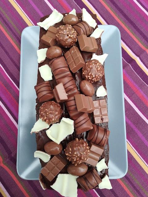 Sckokokuchen mit Ferrero Rocher, Kinder Bueno und Kinder Schokolade
