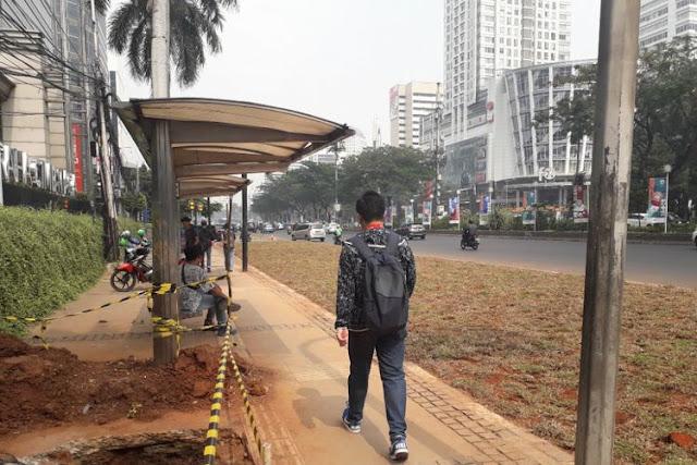 Ya Elah, Jakarta Memang Kebanyakan Duit! Anies Bilang Area Rumput yang Halangi Halte Dibuat Dan Akan Dibongkar Lagi....