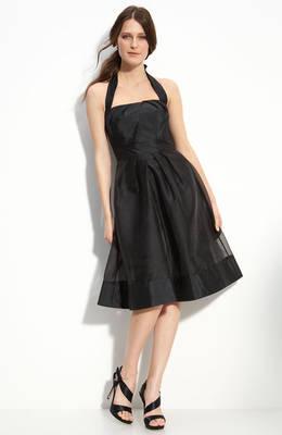 d168c712fb63 La forma más fácil de equilibrar una figura de abajo pesados es elegir un  vestido negro que roza sobre la mitad inferior del cuerpo.