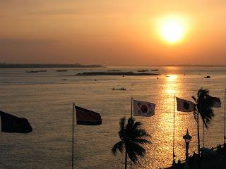 lever-du-soleil-sur-le-quai-sisowath-phnom-penh