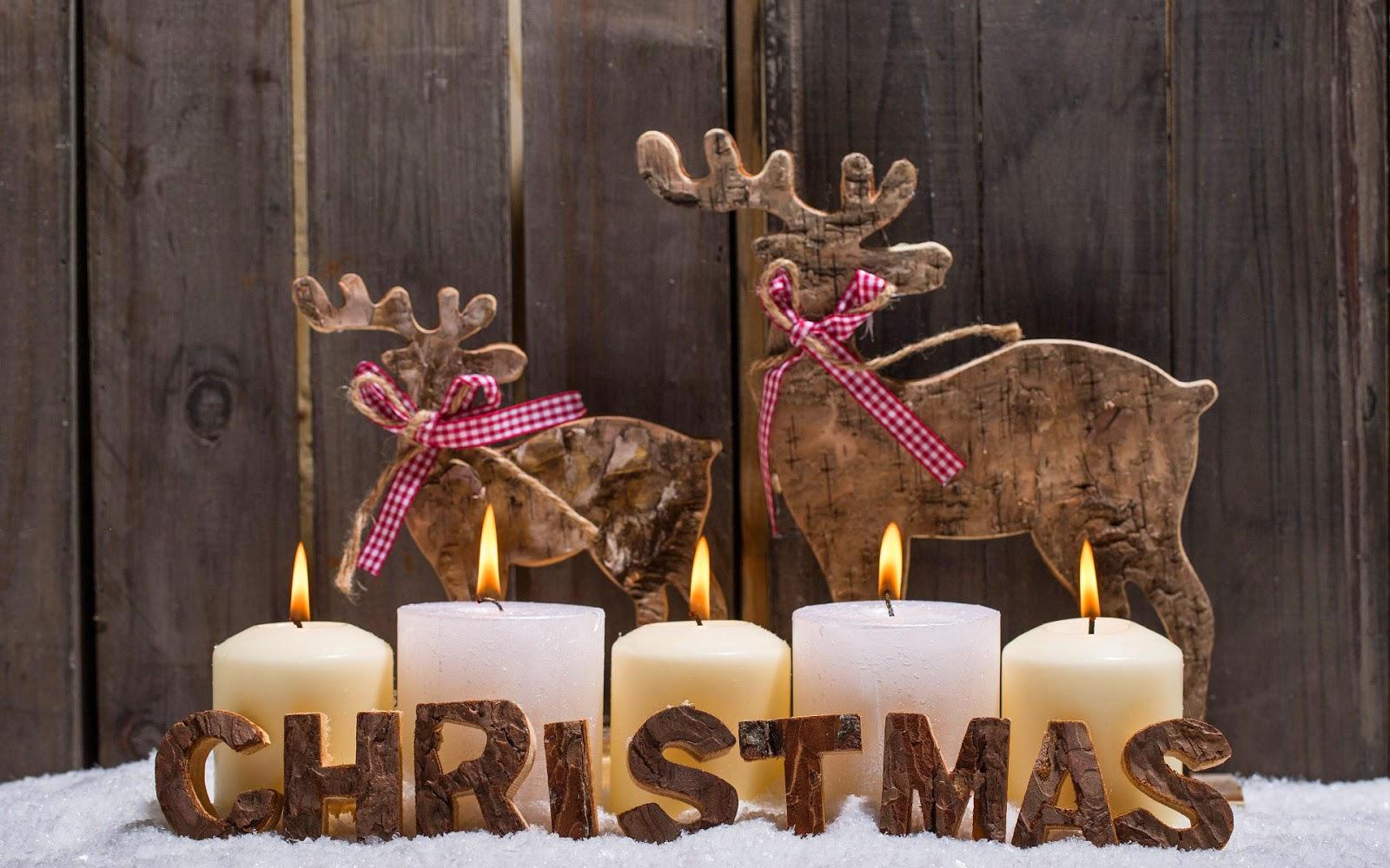 Kerst wallpaper met houten herten, brandende kaarsen