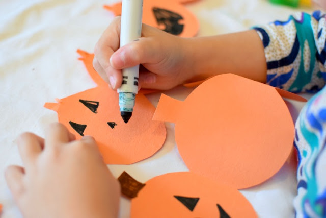 Halloween Jack-O-Lantern Paper Chain Craft. Simple paper craft garland for preschoolers, kindergarten, or elementary kids. Make a string of pumpkins!