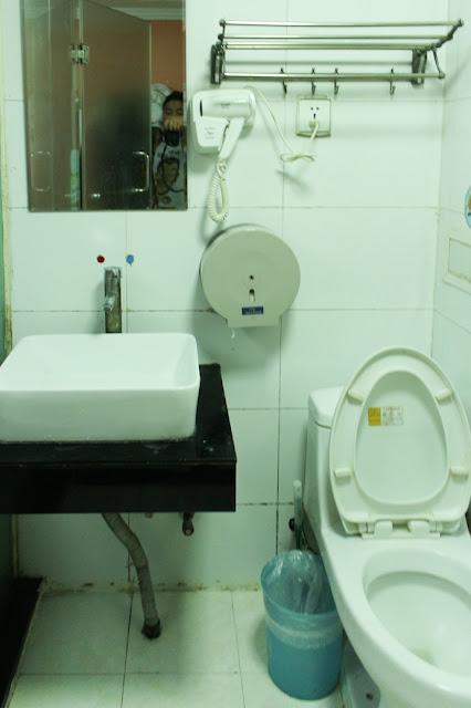kamar mandi lucky family hostel
