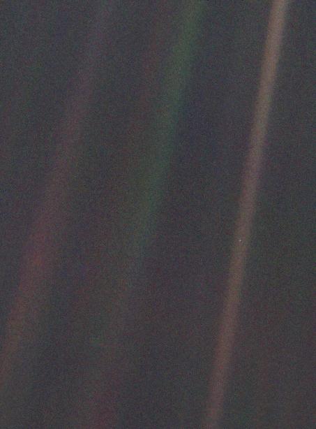 Vết xanh mờ nhạt, hình ảnh Trái Đất được chụp từ Sao Hải Vương. Hình ảnh: NASA/Voyager 1.