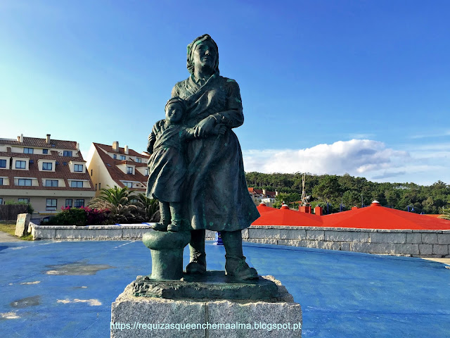 Escultura dedicada à Mulher Galega