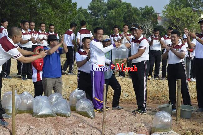 Khamami Tebarkan 20 Ribu Bibit Ikan di Kolam Mapolres Mesuji