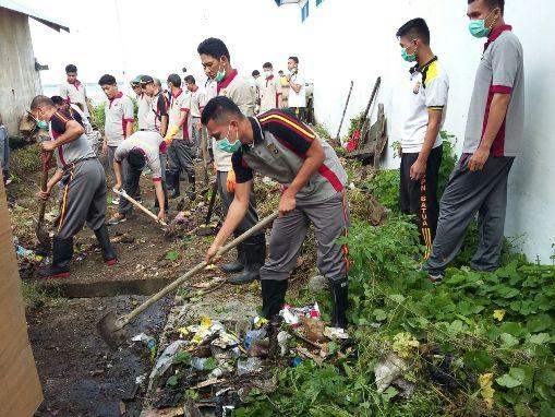 Personil Polres Kep. Selayar, Turun Bersihkan Drainase Kota