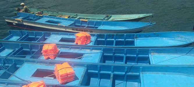 Kementerian Kelautan dan Perikanan (KKP) melalui Direktorat Jenderal Perikanan Tangkap (DJPT) memberikan bantuan 139 paket kapal perikanan beragam ukuran dilengkapi dengan alat penangkapan ikan (API) kepada nelayan Maluku, saat kunjungan kerja DJPT KKP di Pelabuhan Perikanan Nusantara (PPN) Ambon, Rabu (6/12).