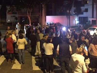 Populares fazem protesto em apoio aos PMs envolvidos na morte do menor infrator