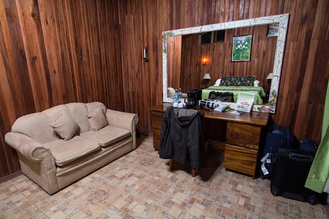 Sofá y escritorio del Cloud Forest Lodge