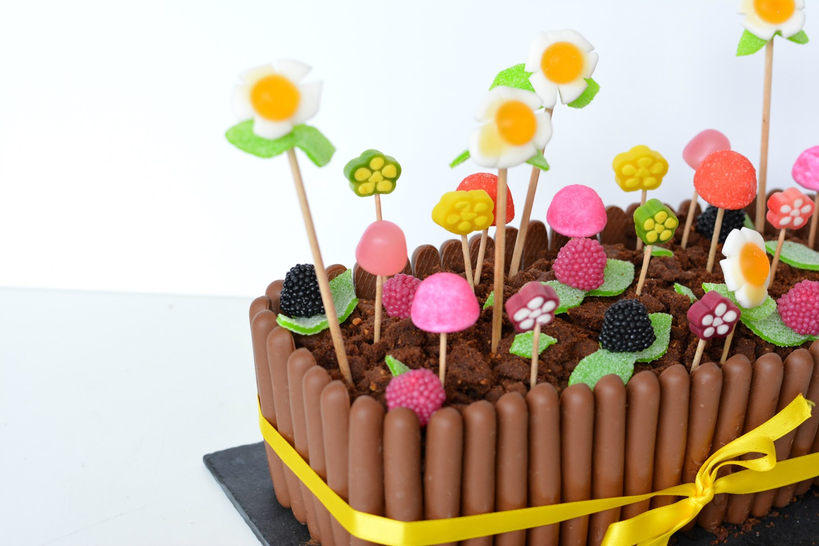 Mon Gâteau De Pâques Jardinière Au Chocolat Et Bonbons Autour