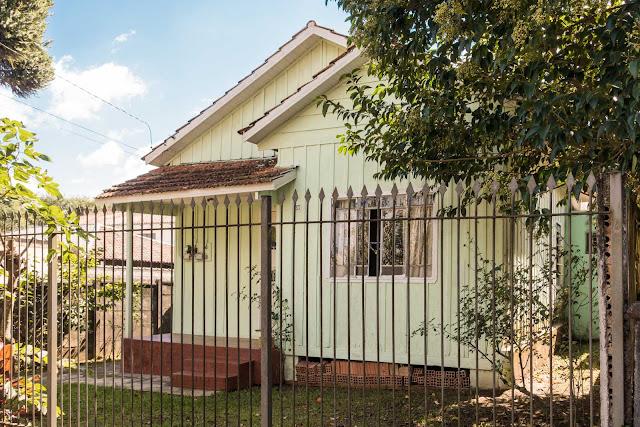 Outra simpática casa de madeira em Curitiba