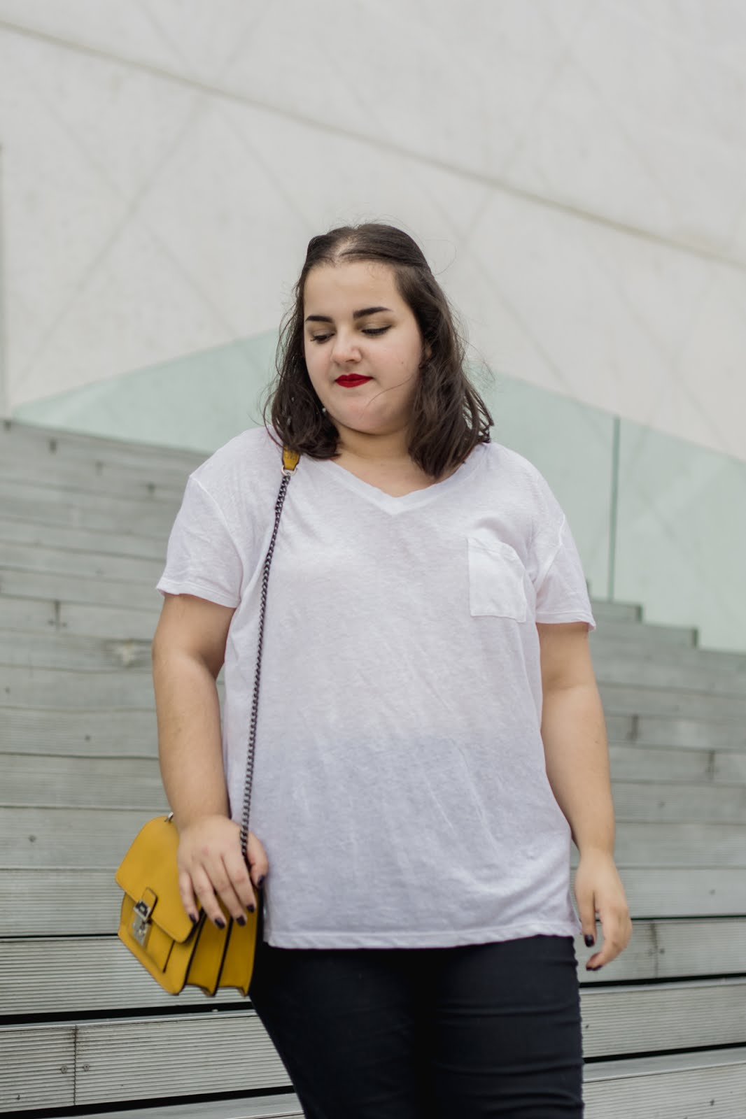 Outfit of the day - White t-shirt, jeans and a mustard yellow bag. A plus size OOTD