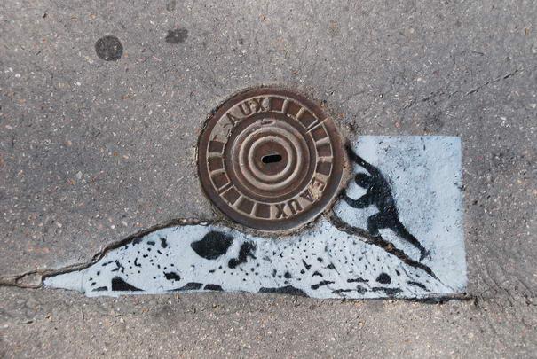 Arte callejero en alcantarilla