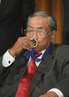 Kyai Haji Abdurrahman Wahid menerima penghargaan - berbagaireviews.com